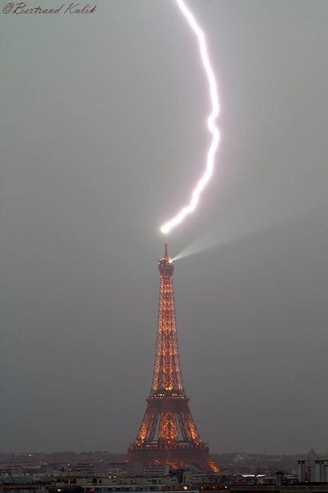 Hình ảnh sét đánh trúng tháp Eiffel