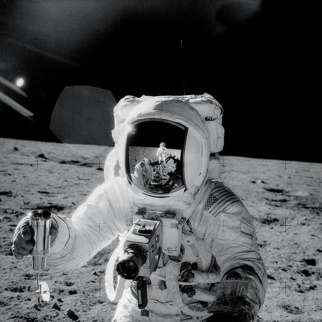 Phi hành gia sứ mệnh Apollo 12 thực hiện nhiệm vụ trên Mặt trăng