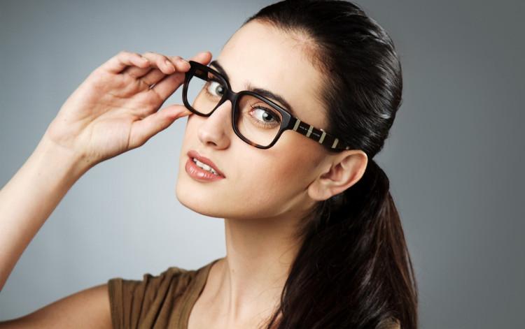 """Đeo kính """"chứng tỏ"""" thông minh là có thật?"""