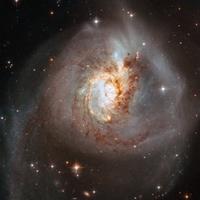 Thiên hà biến dạng cách Trái Đất 100 triệu năm ánh sáng
