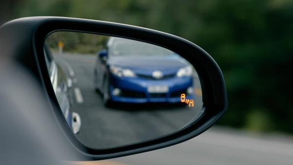 Ngay cả gương chiếu hậu cũng không giúp lái xe có thể quan sát hết mọi thứ phía sau