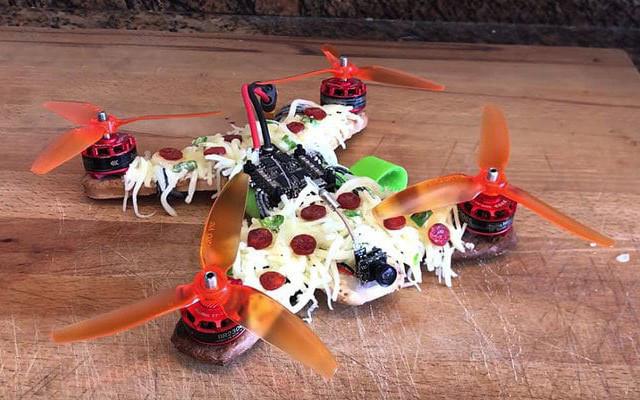 Chiếc drone 4 cánh làm từ pizza.