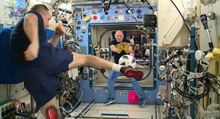 Hai phi hành gia đá bóng trên trạm ISS.