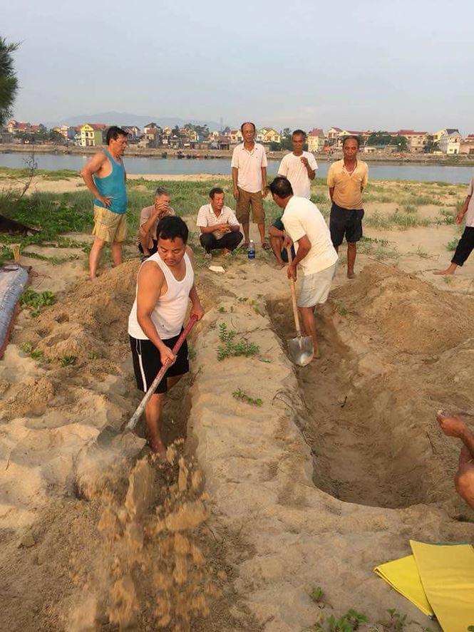 Ngư dân làm lễ chôn cất theo phong tục địa phương.