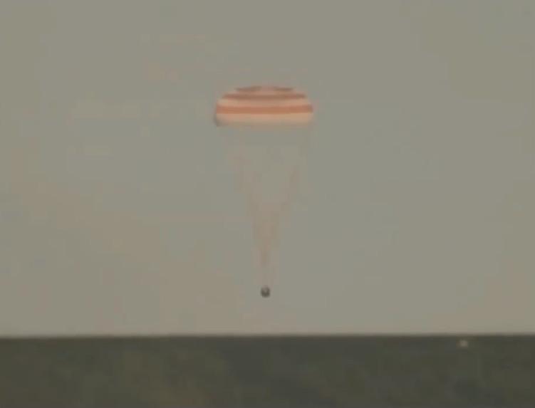 Tàu vũ trụ Soyuz đưa các phi hành gia trở về Trái đất an toàn.