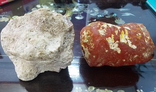 Hai viên đá có hình thù, màu sắc khác nhau nhưng cùng tỏa ra mùi thơm như nước hoa.