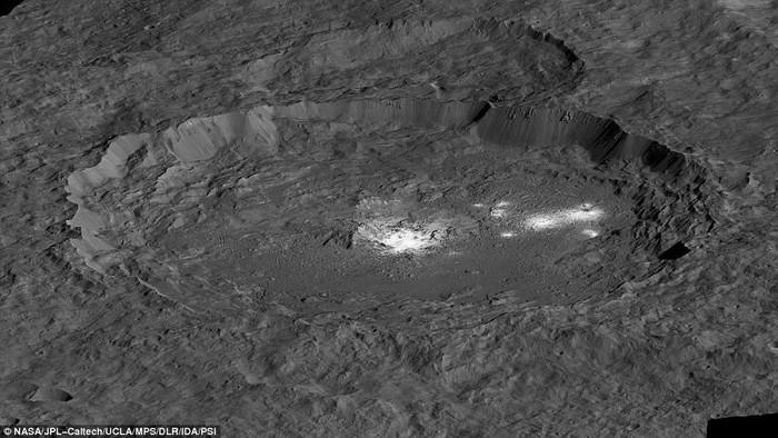 Hố núi lửa Occator trên bề mặt Ceres