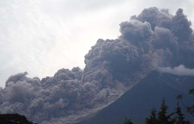 Hình ảnh chụp ngày 3/6 cho thấy núi lửa Fuego phun trào dữ dội.