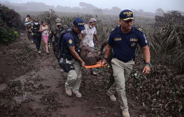 Cảnh sát đưa người phụ nữ bị thương khỏi khu vực nguy hiểm.