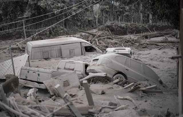 Nhiều phương tiện bị hư hỏng do núi lửa Fuego phun trào.