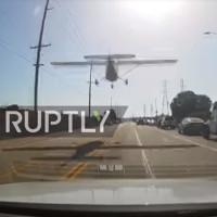 Khoảnh khắc máy bay hạ cánh khẩn cấp trên đường đầy ô tô