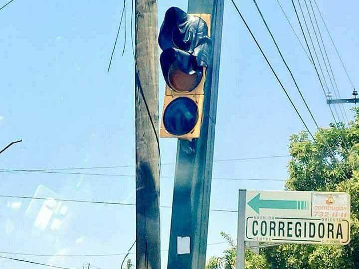 Cột đèn giao thông bị chảy tại thành phố Corregidora ở miền trung Mexico.