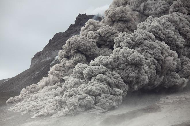 Cột khói khi dung nham tràn xuống.