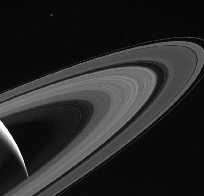 Tethys (góc trên, bên trái) đang quay quanh sao Thổ