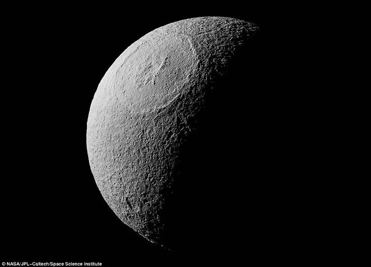 """Siêu núi lửa với miệng là vòng tròn cực lớn trên bề mặt """"mặt trăng băng giá"""""""