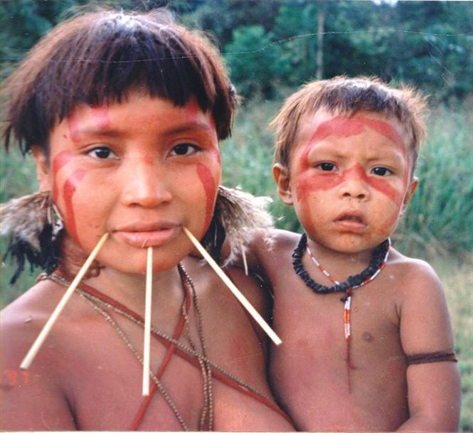 Một phụ nữ Yanomami bên đứa con của mình.