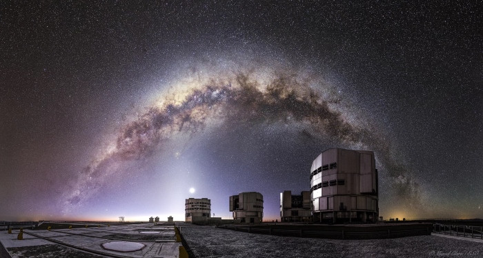 Dải Ngân Hà ở bán cầu nam đang vắt ngang bầu trời bên trên Kính Thiên văn Rất lớn (VLT)