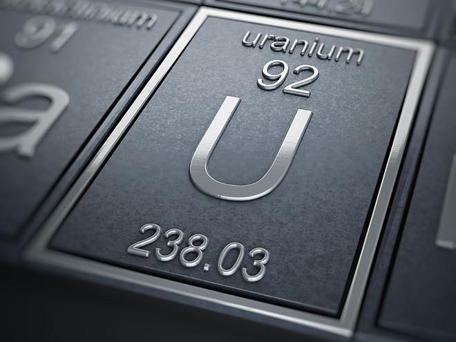 Uranium là một kim loại dạng rắn, phóng xạ yếu, thường được tìm thấy trong đất, đá và nước ngoài tự nhiên.