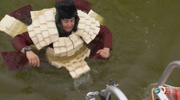 """Có sức mạnh tuyệt vời, nhưng áo giáo giấy lại có nhược điểm """"chết người"""" là rất dễ tan rã khi bị ướt"""