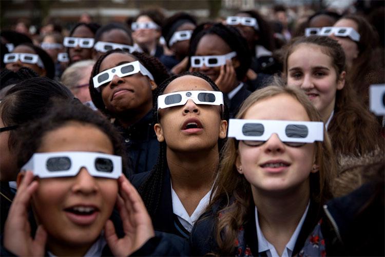 Để bảo vệ an toàn cho mắt khi cần nhìn trực tiếp vào Mặt Trời, hãy sử dụng kính bảo vệ chuyên dụng