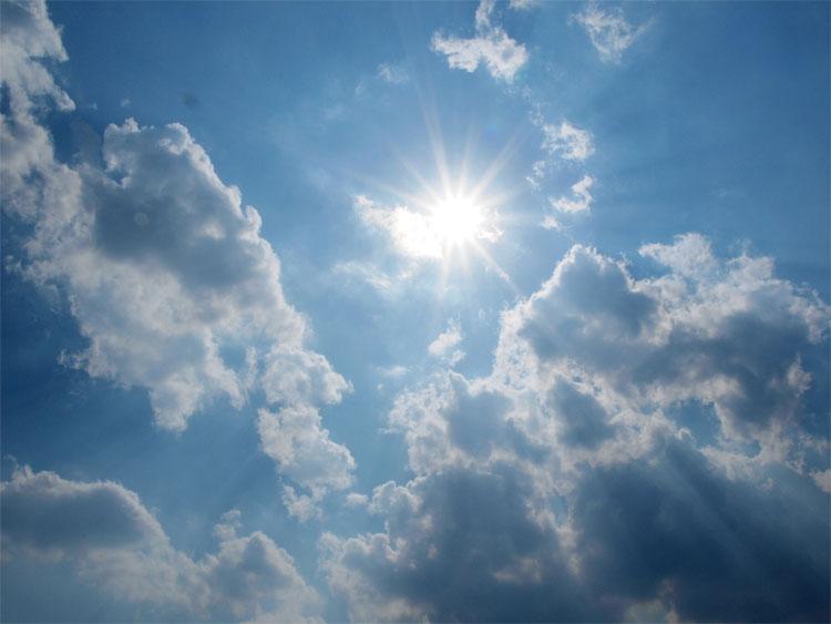 Mặt Trời tỏa sáng với độ sáng gấp 5.000 lần so với một bóng đèn.