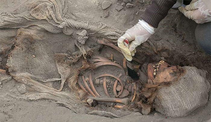 Những thiếu niên được chôn cất đơn sơ, không kèm theo các đồ tạo tác như phong tục thời đó