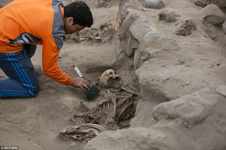 Các thi hài được chôn khá nông trong vùng hoang mạc cằn cỗi đất đá