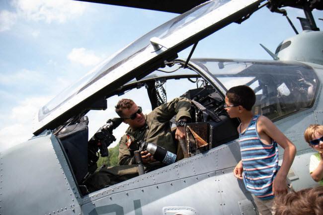 Du khách không được phép vào trong buồng lái của AH-1W Super Cobra