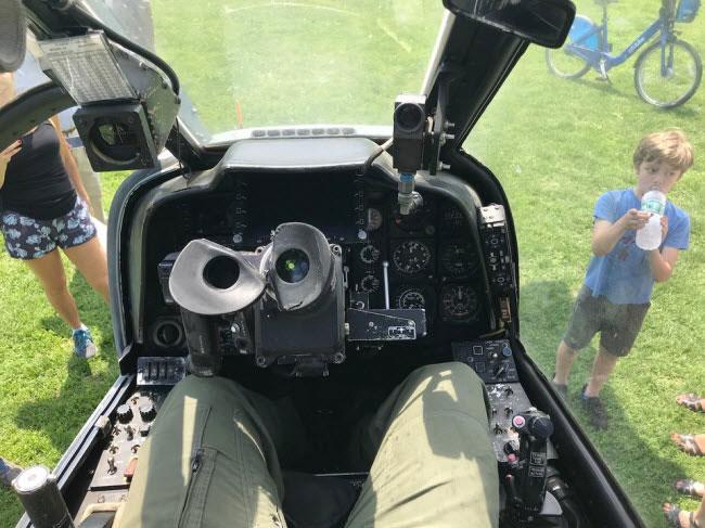 Buồng lái của máy bay cũng có thể được trang bị thêm hệ thống ống nhòm.