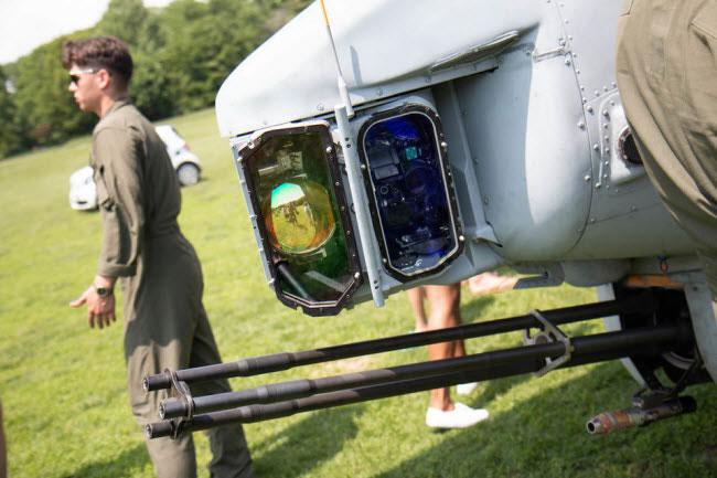 Phi công sử dụng ống nhòm để điều khiển hệ thống tấn công mục tiêu ban đêm.