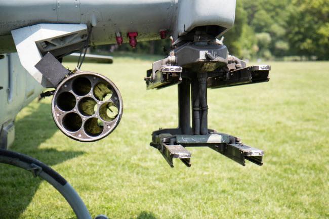 Máy bay trực thăng AH-1W Super Cobra có hai cánh mở rộng ở mỗi bên