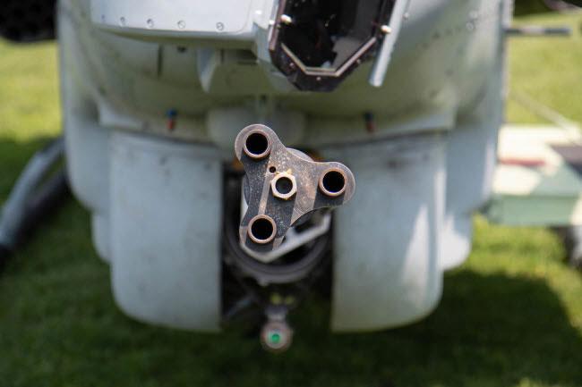 Nó cũng được trang bị súng máy 20 mm ở phía dưới.