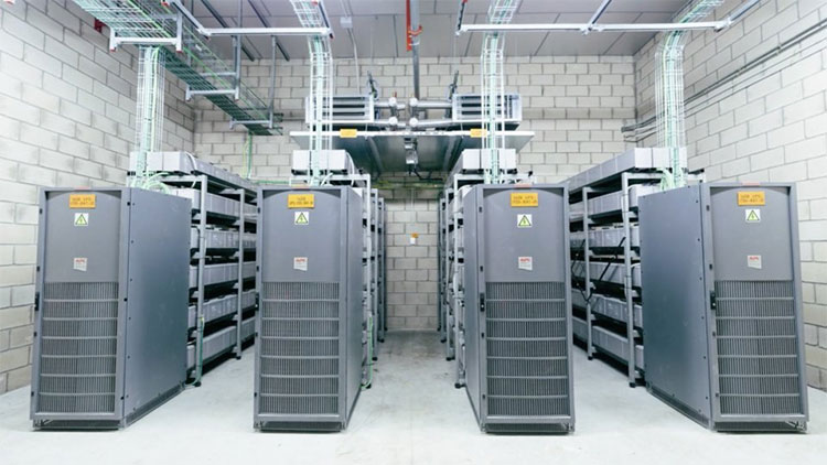 Do nhiệt lượng tỏa ra rất lớn, các máy chủ dữ liệu thường đặt trong các căn phòng thiết kế đặc biệt, với trần nhà cao trên 4 mét.