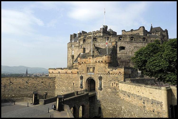 Ngoài tiếng kèn, không ít người còn nghe thấy tiếng trống kỳ lạ phát ra từ lâu đài Edinburgh.
