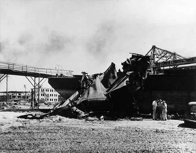 Sà lan Longhorn II thậm chí còn bị thổi bay khỏi mặt nước do vụ nổ.