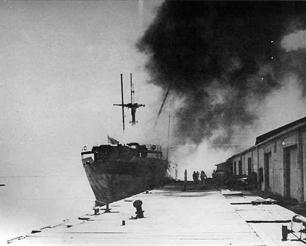 Khói bốc lên từ đám cháy trên tàu Grandcamp.