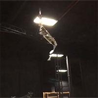 Robot cao hơn hai mét đu dây và nhào lộn trên không