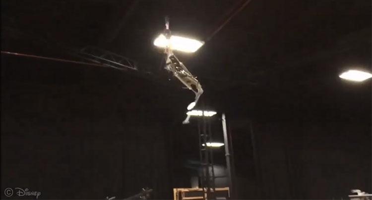 Stickman đu dây từ độ cao 6 mét và lộn nhào giữa không trung trước khi đáp xuống đệm.