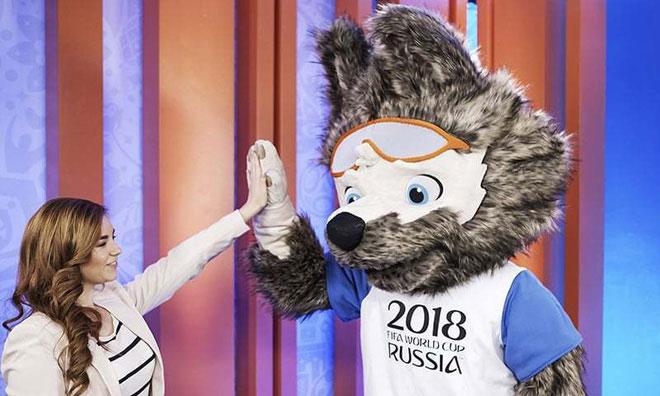 """Hình tượng chú sói ở Nga - sói Zabivaka và """"mẹ đẻ"""" của mình - nữ sinh viên thiết kế người Nga."""
