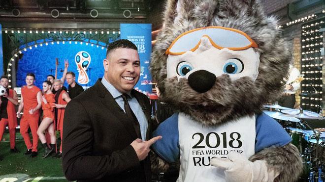 Danh thủ Ronaldo bên linh vật World Cup năm nay: sói Zabivaka.