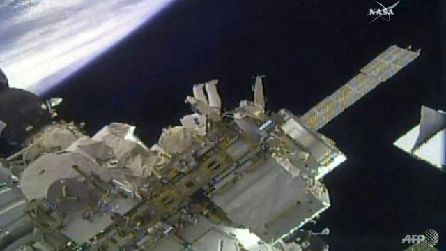 Hai phi hành gia Drew Feustel và Ricky Arnold đã đặt các máy quay mới lên ISS