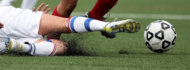 Sân cỏ nhân tạo dễ gây trầy da.