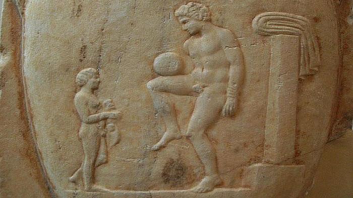 """Bức điêu khắc La Mã cổ đại minh họa một """"cầu thủ"""" đang tâng bóng"""