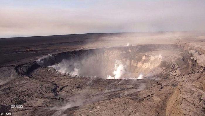 Trong 2 tuần, miệng núi lửa này đã sâu thêm 100m