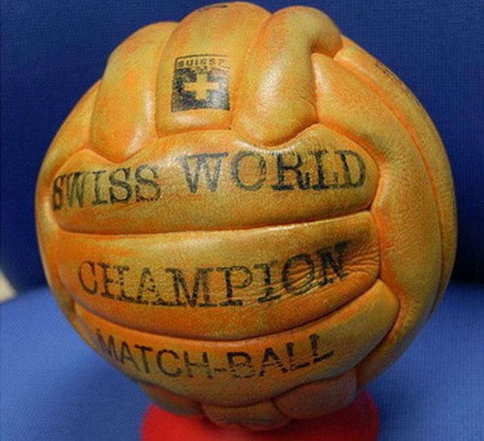 Quả bóng có kết cấu bằng các dải da dài dùng tại World Cup 1958