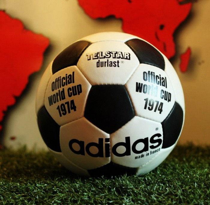 Quả bóng kết cấu mới 32 múi Telstar của Adidas dùng tại World Cup 1970