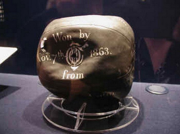 Quả bóng bằng cao su lưu hóa đầu tiên do Charles Goodyear chế tạo năm 1855