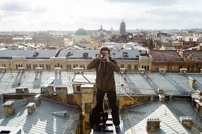 8h tối trên mái nhà tại St. Petersburg.