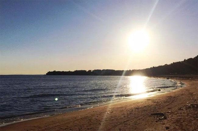 Hình ảnh chụp lúc 9h tối tại một vùng biển gần St. Petergburg.