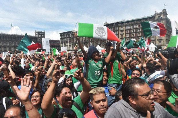 Các CĐV Mexico tập trung xem trận đấu qua những màn hình lớn.